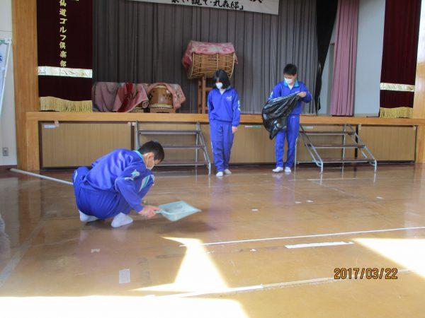講堂を清掃する釜戸中生徒