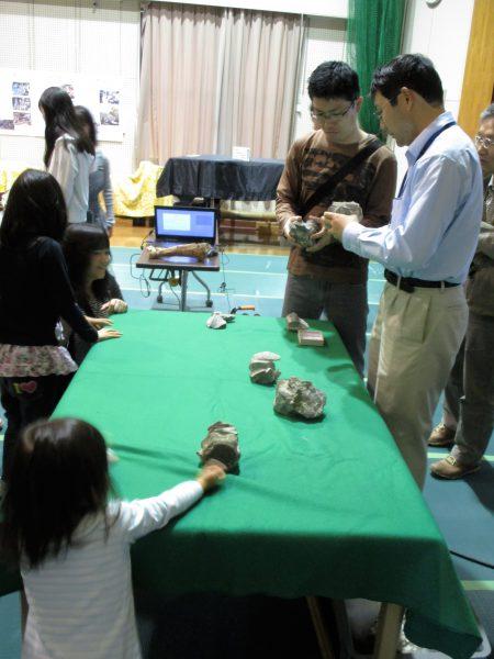 化石の実物を見る参加者