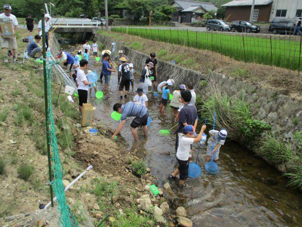 足又川に集まった「川の生き物調査隊」