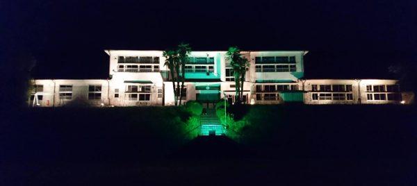 ライトアップされ暗闇に浮かび上がった旧大湫小学校校舎。